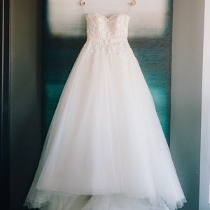 wedding dress sweetheart neck and cathedral veil